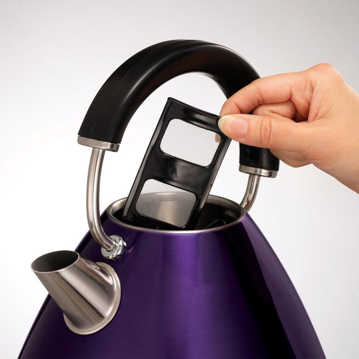 The Plum Accents pyramid kettle is sleek, unique, functional and purple! Yes, purple, to add an original touch to your kitchen.