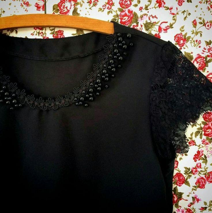 Blusa preta bordada com pedraria