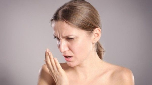 Potíže se zápachem z úst trápí každého čtvrtého člověka. Způsobují je anaerobní bakterie, které produkují síru, z ní se uvolňují látky, které lidskému nosu zapáchají. Vědci teď ukázali na deset, v některých případech nečekaných, příčin zápachu z úst.