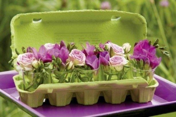 eierdoos vullen met kleine glaasjes, en vullen met bloemen naar keus.