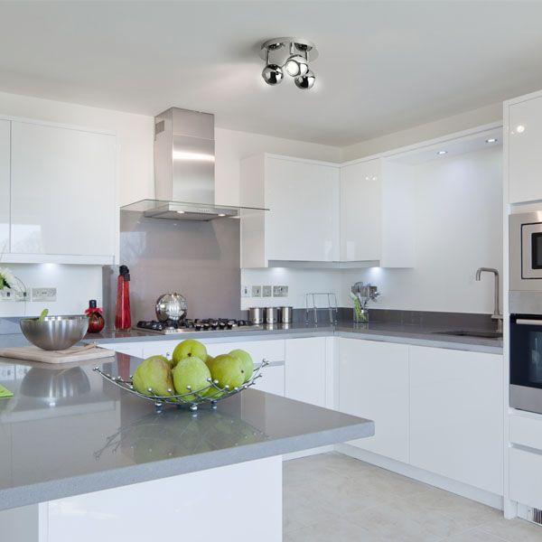cocina de estilo moderno decorada en colores blancos y grises en el techo un plafn