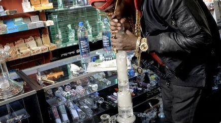 世界が終わる 1万ドルのアルマゲドン級水パイプで喫煙