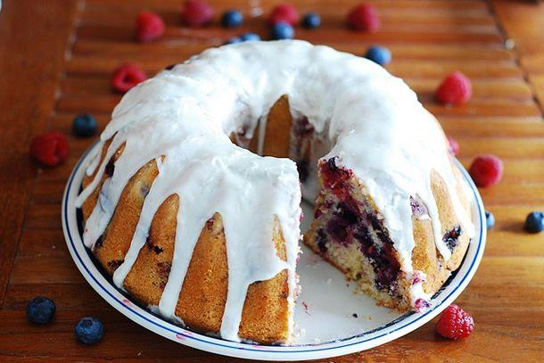 Esse bolo de frutas vermelhas com blueberry, framboesa e amora é ótimo para servir no café da manhã, um brunch ou um chá da tarde. Confira!