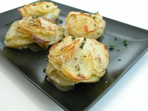 Parmesankartofler – Grill venner 1 kg. kartofler 1/2 dl. revet parmesan 2 spsk. smeltet smør 1 spsk. hvidløgspulver salt og peber 1 tsk. timian