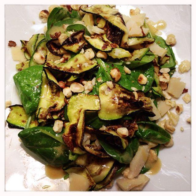 Zucchini auf Spinalsalat