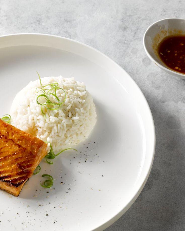 Deze geglazuurde zalm met miso en siracha is lekker pikant. Dit makkelijk gerecht eet je best met wat rijst, om de pittigheid van de sriracha te blussen.