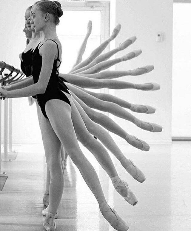 Elk meisje is achter elkaar geplaatst met ieder het been net iets hoger. Je ziet hier ritmische compositie