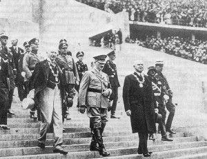 """Entrada de Hitler al estadio donde se efectuó la Inauguración de los Juegos Olímpicos de Berlín en 1936. Imagen recuperada de la pagina  """"Centro de Estudios Olímpicos"""" . Disponible en:  http://www.estudiosolimpicos.es/index.php/olimpismo/historia-olimpica/olimpiadas-modernas/item/39-juegos-de-la-xi-olimpiada-berlin-1936 García Bello Andrea Yael"""