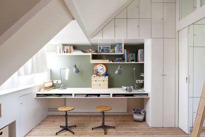 Kinderkamer inspiratie | Stoer bureau in schuine hoek met veel opbergruimte