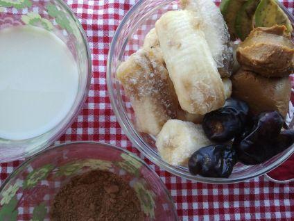 mandula tej, nyers kakaópor, fagyasztott banán, datolya, mogyoróvaj, avokádó