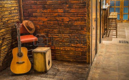 muziek achtergrond: Muziekinstrumenten op houten podium in pub Stockfoto