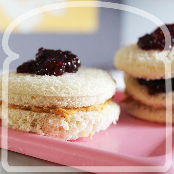 Ricos circulos de pan Wonder con crema de many y mermelada. #Sandwich #Wonder #DiferenteEsMejor