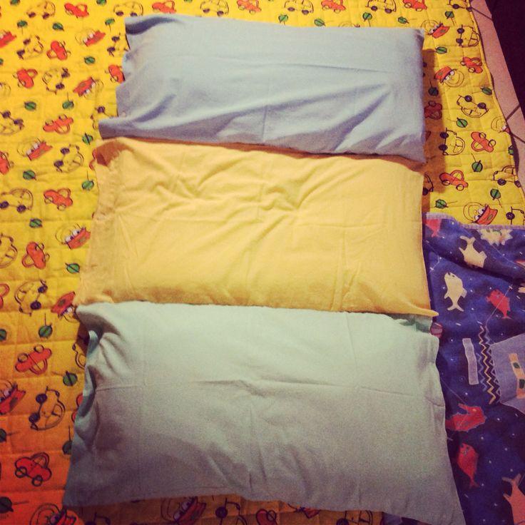 Tre federe, tre cuscini e una macchina da cucire: un materazzo