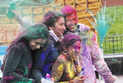 Holi-Celebration-with-Family-wallpaper-download