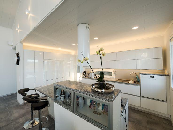 Give the kitchen a subtle glow with Lilja LED-lights and indirect lighting. Keittiölle hienovarainen hehku Lilja LED-alasvalaisimilla ja epäsuoralla valolla.