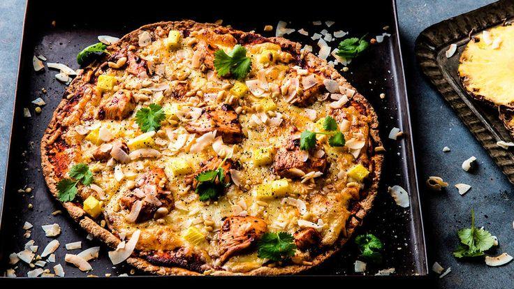 Prøv en vri på pizzaen med chilimarinert kyllingbryst, ananas, peanøtter og ristet kokos. En eksotisk pizzavariant som lukter og smaker av eksotiske destinasjoner.