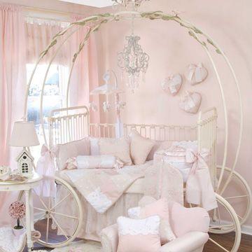 Chambre bébé blanche avec un lit bébé en forme de carosse
