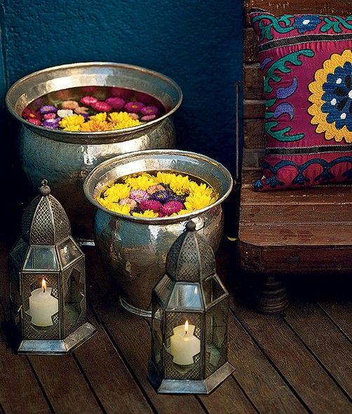 Se a reunião de amigos da vez tem estilo tailandês, atenção a esta dica linda e muito fácil de reproduzir: coloque flores - protagonistas do ano-novo típico do local - em um cachepô de metal. Para compor, velas e almofadas étnicas