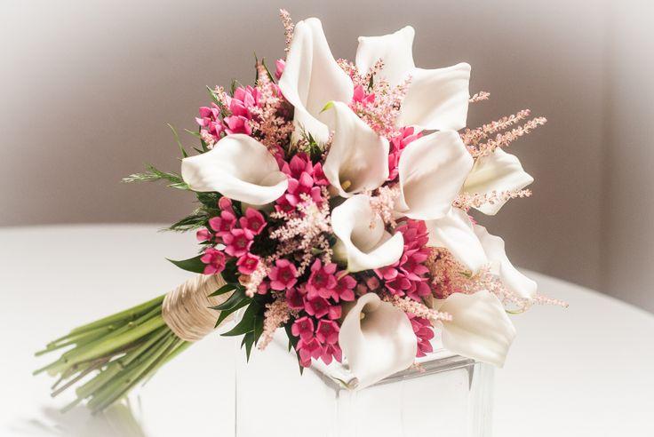 Hoy en la Trastienda de Quedeflores.com queremos presentaros uno de nuestros últimos ramos de novia del mes de agosto, un precioso bouquet realizado con el