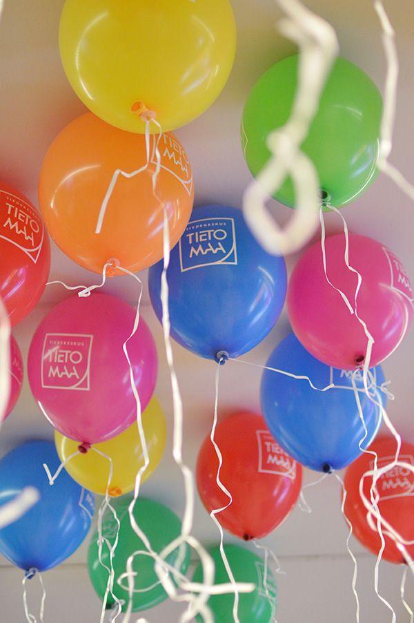 Tietomaa-ilmapallot luovat juhlatunnelmaa. Jokainen kävijä saa ottaa yhden pallon mukaan kotiin. Välillä tuntuu tulevan värin kanssa valinnan vaikeus kun mietitään, että ottaisinko punaisen, sinisen, vihreän, pinkin, keltaisen vai oranssin. Oulu (Finland)
