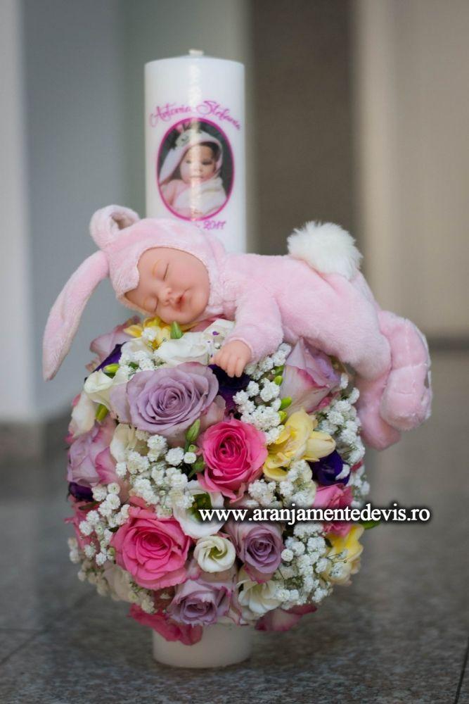 Lumanare botez realizata din flori naturale si papusa Anne Geddes. Modelul poate fi realizat doar pentru comenzi din Bucuresti. Dimensiuni lumanare: 40 cm inaltime, 6 cm diametrul. PRET=350 lei.