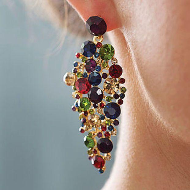 カラフルな宝石を散りばめたようなラグジュアリーなステートメントイヤリングです。神秘的な魅惑が漂う人目をぐっと惹きつけるイヤリングです。