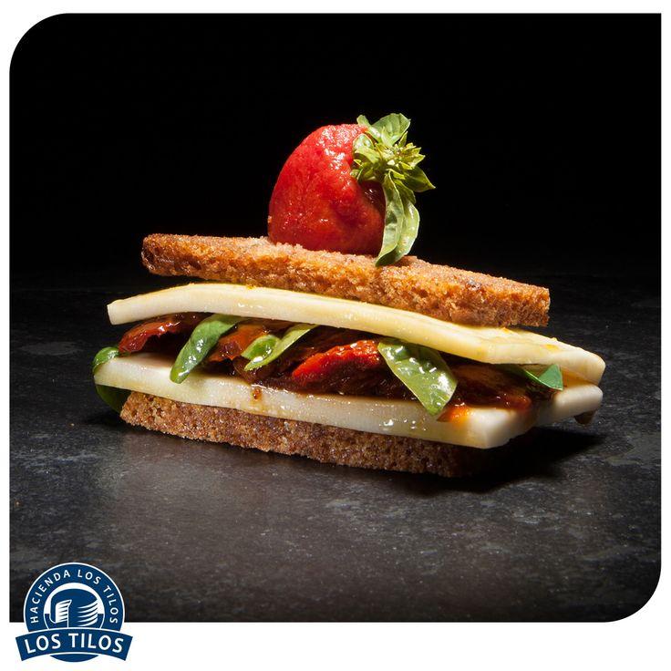 Montadito de tomates secos, queso de cabra y hojas de albahaca sobre pan de linaza. #Recetas #Gourmet http://www.lostilos.cl/recipes/montadito-de-tomates-secos-queso-de-cabra-y-hojas-/