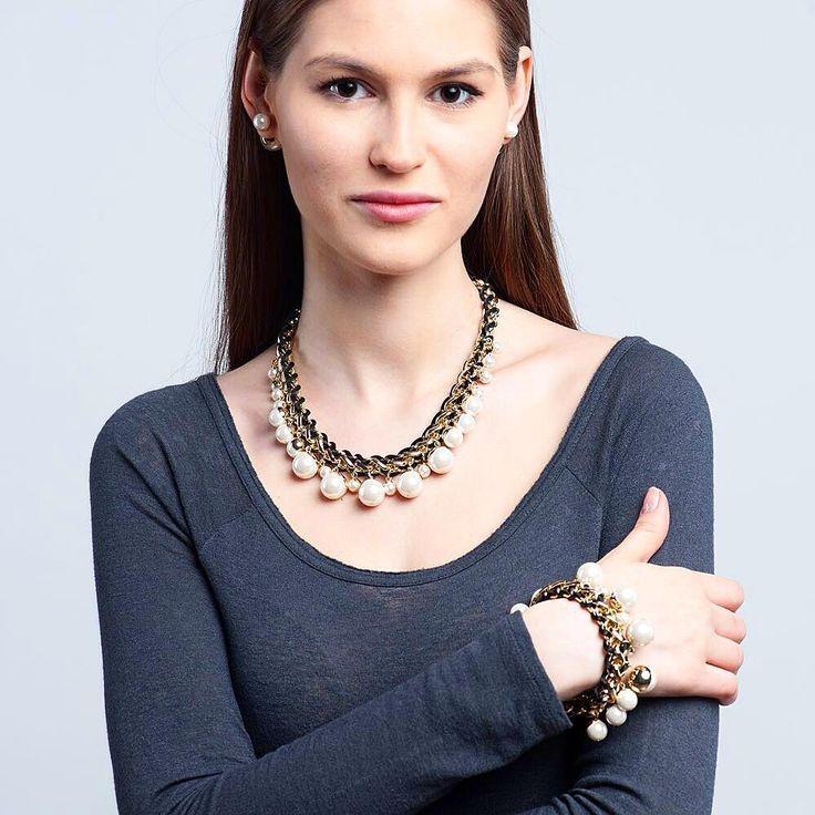 Жемчуг отвоевал лидерство и вновь встал в топ трендов этого сезона! Однако, дизайн лидирует отнюдь не классический: массивность, цепи и текстиль, - вот так сегодня носят жемчуг фэшиониста всех стран! #selenajewelry#streetfashion#pearls#pearltrend#trend#totallook#bijouterie#jewelry#accessories#set#украшения#бижутерия#жемчуг#образ#тренд#стиль