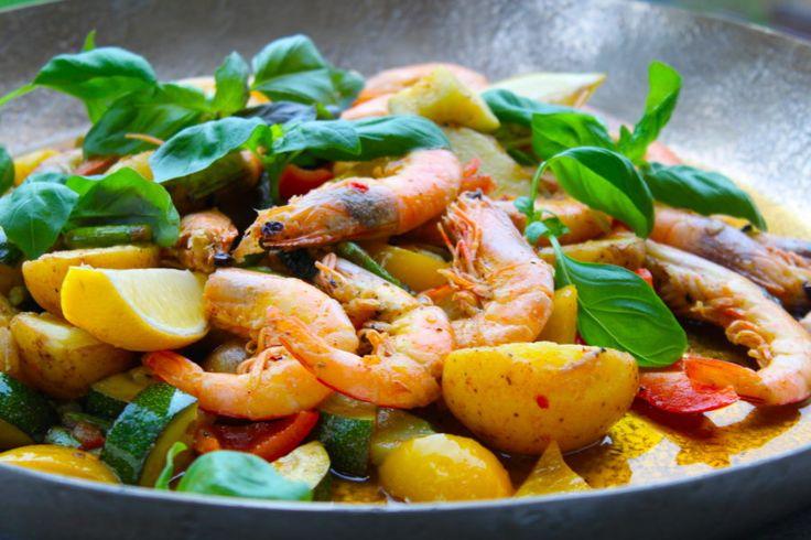 Frästa king prawns (MSC) med potatis, sparris, paprika, zucchini, vitlök och chili och såklart mycket citron och basilika! Asså jag dör vad gott! Det är hur enkelt som helst och här kommer...