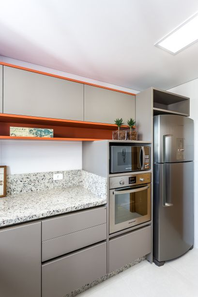 <span>A cozinha </span><span>contemporânea com atmosfera leve quebra a neutralidade do cinza e do inox com o uso do laranja nos nichos e ao redor dos armários. O projeto é d</span><span>os arquitetos Sergio Valliatti Jr e Luciana Patrão</span>
