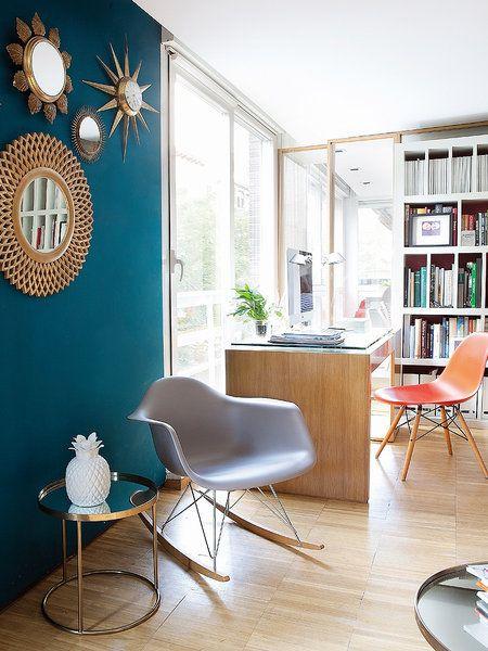 En el salón una pared pintada de azul refuerza la separación de ambientes