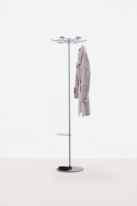Kapstok SLEISS door Andreas Saxer voor MOX.  Strak en tijdloos vormgegeven met een futuristisch en functioneel uitgesneden hang gedeelte.  De paraplu houder en lekbak zijn optioneel en de houder is in hoogte verstelbaar.  Hoogte: 169 cm. vloerplaat en hanggedeelte gepoedercoat grijs, staander chroom.