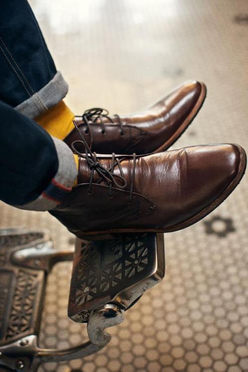 Hingucker: Gelbe Socken zu Dark-Denim-Jeans und braunen Desertboots.