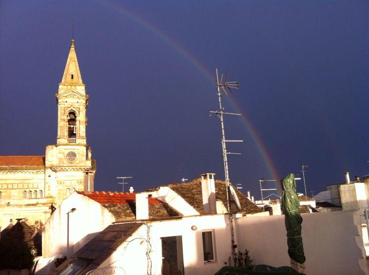 Arcobaleno su Basilica Santi Medici di Alberobello, pochi minuti fa. La Bellezza fa risorgere LO Spirito