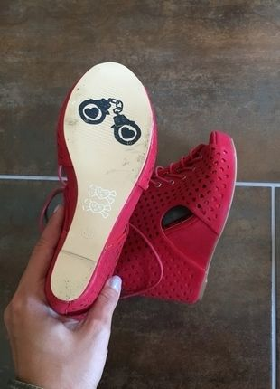 Kaufe meinen Artikel bei #Kleiderkreisel http://www.kleiderkreisel.de/damenschuhe/hohe-schuhe/134211710-iron-fist-pumps-rot-keilabsatz
