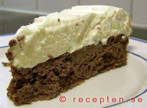 Vit och mörk chokladglasstårta - Recept med vit och mörk choklad förenade i en drömgod glasstårta. Enkelt och lyxigt. Smält blockhokladen...