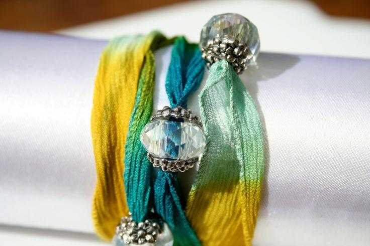 Armband van zijden lint met facetkralen en zilveren kralen kapjes