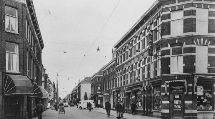 Hobbemastraat met rechts de kantoorboekhandel van C. Hoogervorst v-h Corn. Paap (nr. 134, hoek Gerard Doustraat). Gezien richting Hooftskade.1948