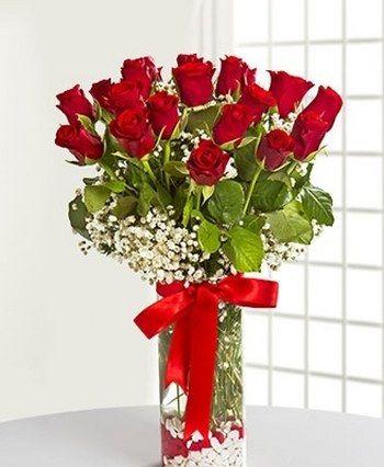 Sevgilinize mutluluk dolu bir sürpriz yapmanın tam zamanı! Aşk gülleri cam vazoda cipso ve yeşilliklerle süslenmiş 19 adet kırmızı gülden oluşan bu eşsiz aranjman, kalbinizden geçen en güzel aşk sözcüklerinizi sevdiğinize fısıldayacak.Silindir cam vazo içerisinde sizin için konsept çiçek aranjmanları oluşturduk. Sevgiliye çiçeklerinden Sevgilime Kırmızı Güller sevdiklerinize göndermeniz için size özel çiçekler