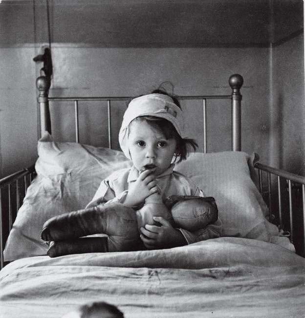 Cecil Beaton, Eileen Dunne at Great Ormond Street Hospital, 1940