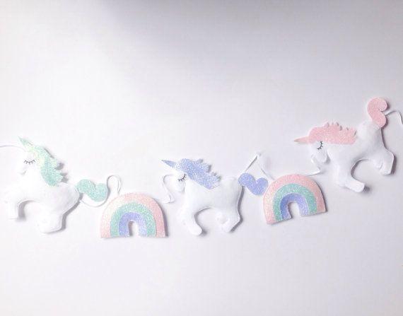 Hermosa unicornios y arco iris de brillo cuelgan de cinta blanca para añadir un toque mágico a la habitación del bebé. Detalles de crines y cola Glitter colgar en doble cara cinta de raso.  Unicornios se pueden hacer en el color de su elección.  IMPORTANTE * por favor, añadir una nota a su orden con opciones de color.  Fieltro disponible en: blanco, gris, rosa pálido, caliente color de rosa, azul pálido, citrino, verde, bosque verde, verde esmeralda, amarillo, verde azulado, azul, naranja…