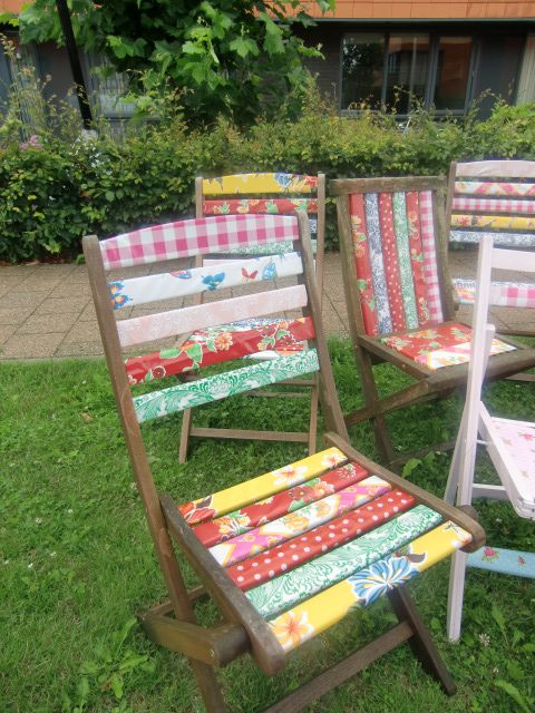 Use Kitsch Kitchen oilcloth to cheer up your old wooden outdoor chairs! www.kitschkitchen.nl/webshop