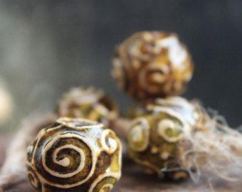 Perle in ceramica artigianale, perle di sharm, stile pandora, perline di ceramica fatti a mano, perline gialle, riccioli ornamento, stile di klimt, per gioielli