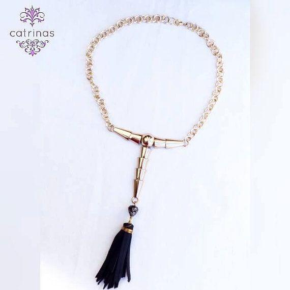 Mira este artículo en mi tienda de Etsy: https://www.etsy.com/mx/listing/495853307/collar-dorado-y-negro-collar-con-craneo