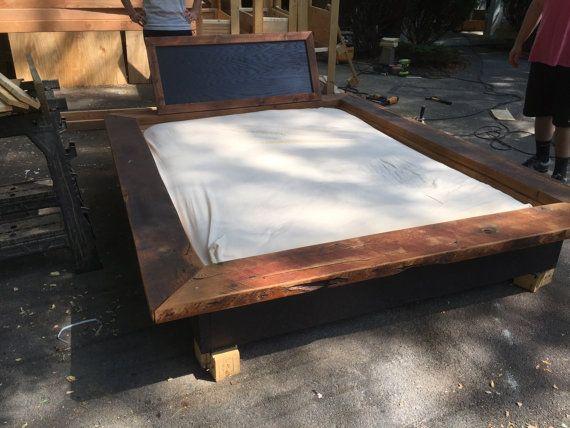 Un côté pont de 6 pouces autour du lit de la palette facilite la vie reposer les pieds, les boissons et les livres sur pas besoin dune table dextrémité. Nous avons utilisé un colorant naturel pour finir le bois de grange pour garder le look propre et distincte.