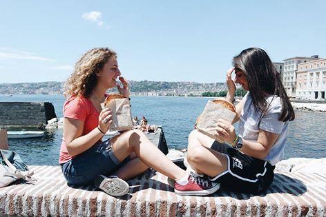 Un #Toast sul lungomare, amiche, sole e profumo di mare.. è arrivata l' #estate! ☀️🍞 Vi aspettiamo in uno dei 4 store di NAPOLI: Chiaia • Fuorigrotta • Piazza Municipio • Vomero #CAPATOAST