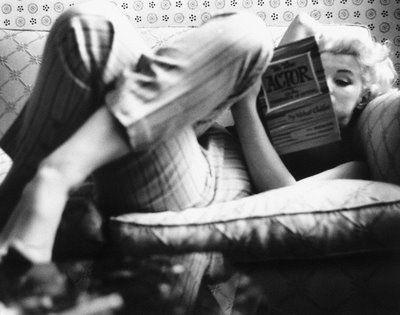 Marilyn Monroe no Ambassador Hotel a ler um livro sobre representação, em 1955                                                                                                                                                                                 Mais