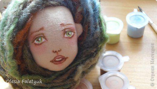 Во втором Мк мы будем расписывать лицо куклы и поговорим о волосах и создании причёски для куклы.  Как сшить куклу http://stranamasterov.ru/node/743935 выкройка в натуральную величину http://dfiles.ru/files/laby691xi  Для работы нам понадобится: - голова куклы - цветной карандаш коричневого цвета - акриловые краски по ткани. можно просто акриловые из художественных наборов - материал для волос (атласные ленты, шерсть для валяния, мех или интересные по фактуре нити для вязания - на ваш выбор)…