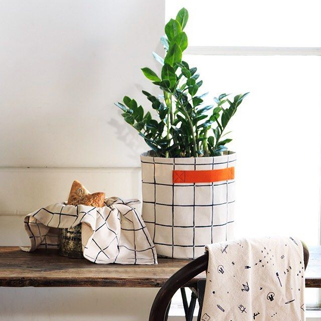 Bag yourself some stylish storage with MOZI's Storage Bags in our stunning Inku print design. A versatile way to hide away clutter and create some space at your place.