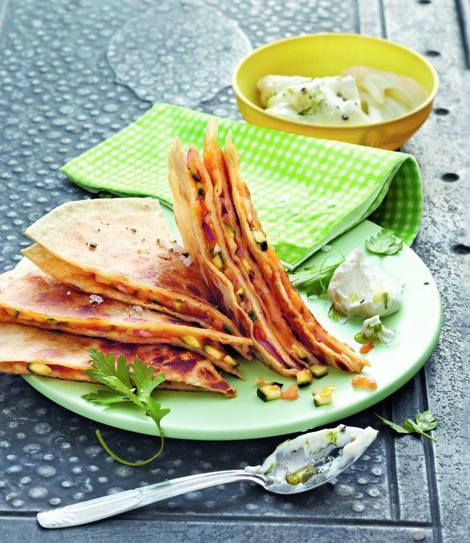 Vegetarische Quesadillas mit Zucchini-, Käse- und Papaya-Füllung vom Grill